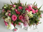 Espléndido ramo de rosas, jacintos y narcisos