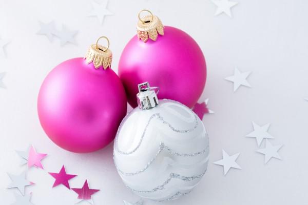 Bonitas bolas para adornar durante la Navidad