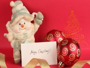 Tarjeta de Feliz Navidad entre adornos