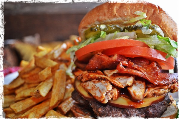 Gran hamburguesa con varios ingredientes