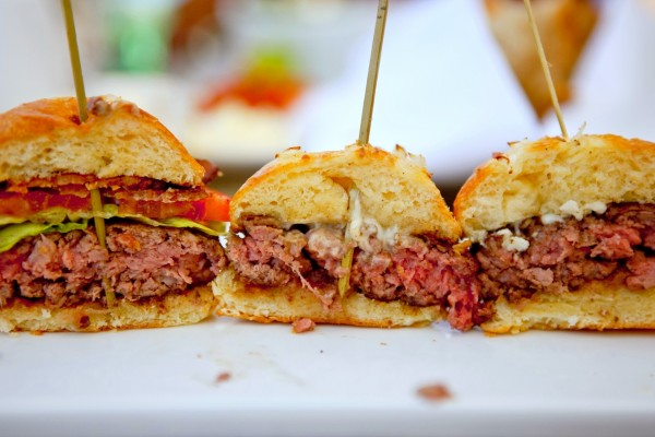 El interior de tres medias hamburguesas