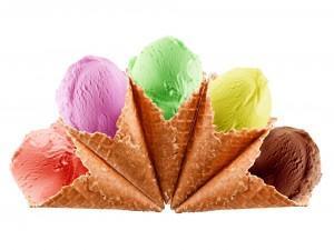 Cinco cucuruchos con helados de sabores