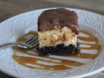 Pastel con cacahuetes, caramelo y chocolate