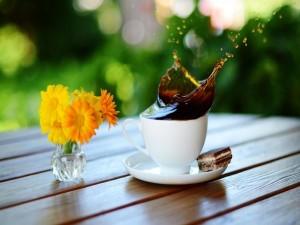 Flores y café para el desayuno