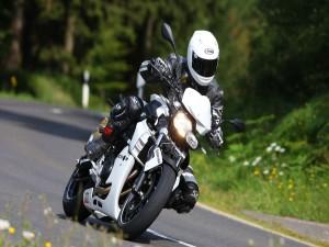 Postal: Circulando en moto por una carretera