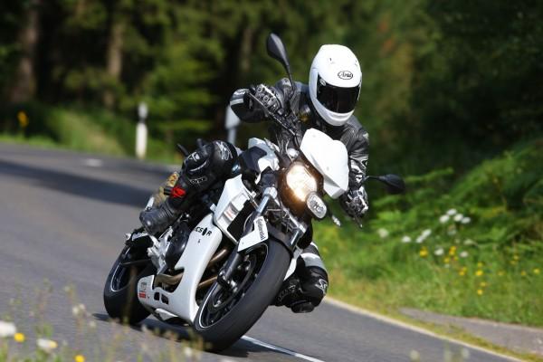 Circulando en moto por una carretera