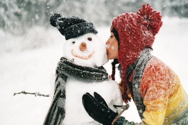 Besando a un muñeco de nieve