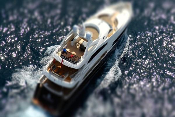 Navegando en un gran yate