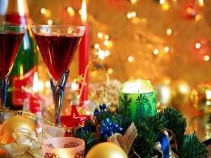 Copas, adornos y velas para las fiestas navideñas