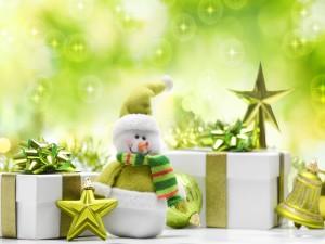 Postal: Muñeco de nieve junto a los regalos de Navidad