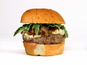 Hamburguesa con cebolla caramelizada y queso azul