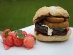 Hamburguesa de seta con queso fundido y aros de cebolla