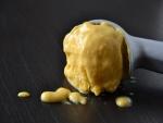 Cuchara con helado de mango