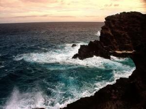 Postal: Contemplando el mar desde las oscuras rocas