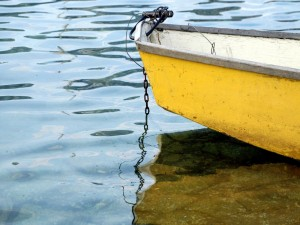 Postal: Barca amarilla sobre el agua