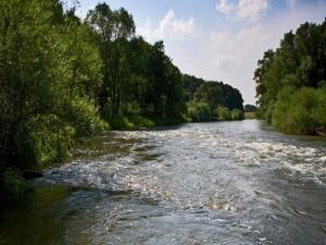El sol iluminando las aguas de un río
