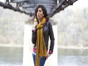 Postal: Chica con una bufanda color mostaza