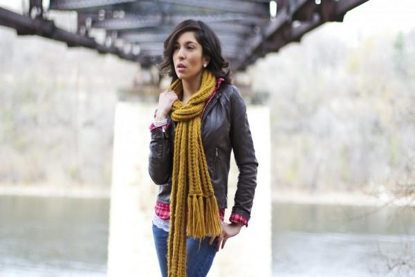 Chica con una bufanda color mostaza