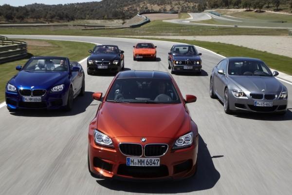 Coches BMW pilotados en un circuito