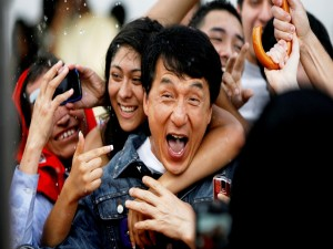 Postal: Jackie Chan feliz entre los fans
