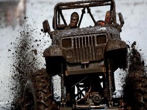Postal: Jeep Rengler y sus ocupantes cubiertos de barro