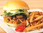 Hamburguesa con un rico relleno y patatas fritas