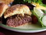 Una jugosa hamburguesa con cebolla caramelizada