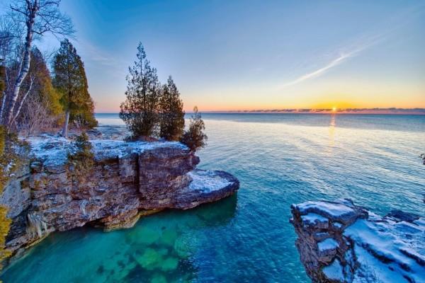 Admirando la salida del sol desde la orilla del lago Michigan