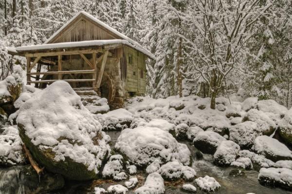Molino cubierto de nieve
