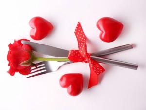Postal: Cubiertos, corazones y un rosa