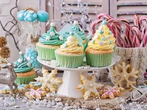 Postal: Cupcakes en una mesa con otros dulces para comer en los días festivos