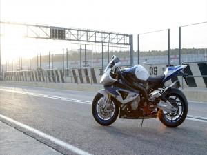 Moto BMW en un circuito