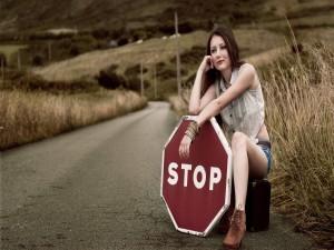 Postal: Mujer sosteniendo una señal de Stop