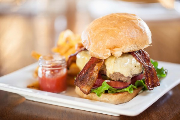 Una hamburguesa con tiras de bacón crujiente