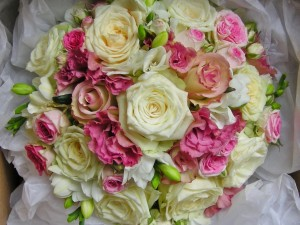 Un bello ramo de novia con rosas variadas