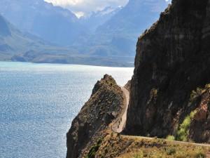 Postal: Tres motos en la carretera del acantilado