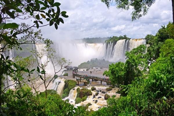 Pasarela en las cataratas del Iguazú
