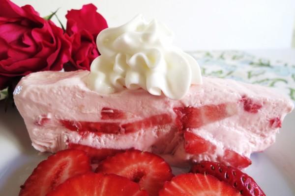Helado con trozos de fresas