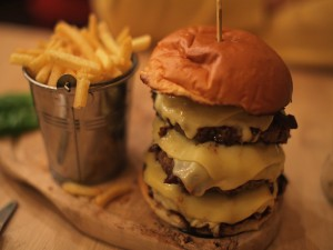 Hamburguesa triple con mucho queso y patatas fritas