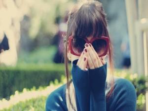 Una chica con grandes gafas de sol