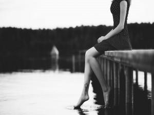 Postal: Los pies de una mujer acariciando el agua