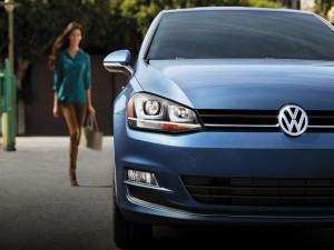 Postal: Mujer aproximándose a un coche Volkswagen
