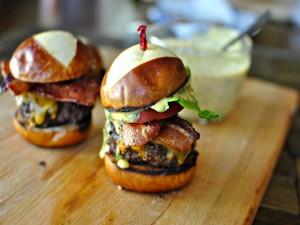 Postal: Dos deliciosas hamburguesas