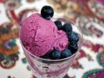 Un rico helado de arándanos frescos