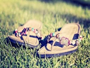 Postal: Unas bonitas sandalias sobre la hierba