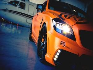 Un bonito coche naranja