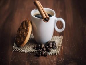 Rama de canela sobre una taza de café