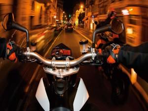 En moto por la calle de una ciudad
