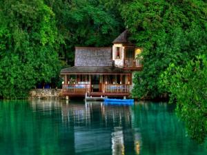 Postal: Casa junto al lago