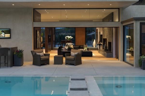 Elegante sala de estar junto a la piscina